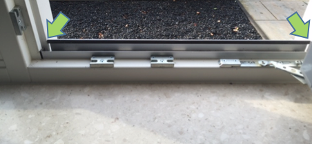 Aluminiumstrip tussen de kozijnstijlen